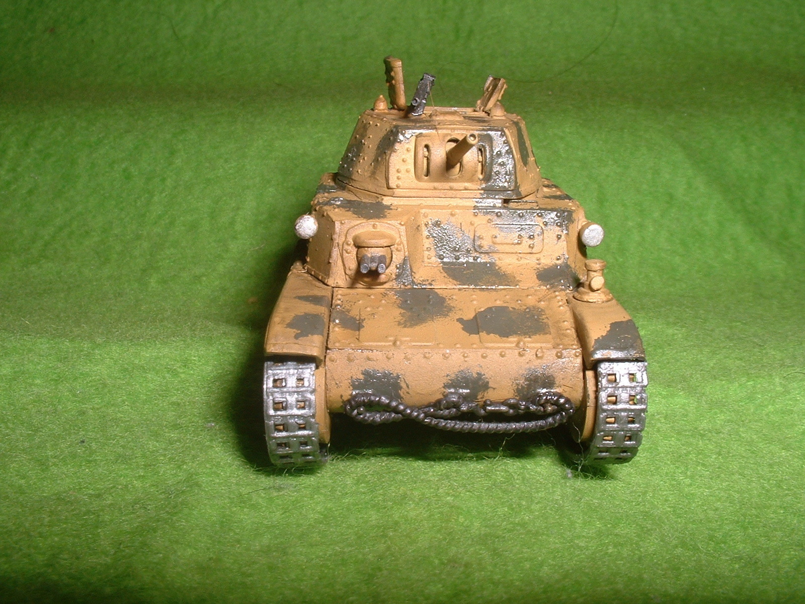 2015.11,01完成 エッシ― 72分の1 フイアット M13-40戦車 その2.JPG