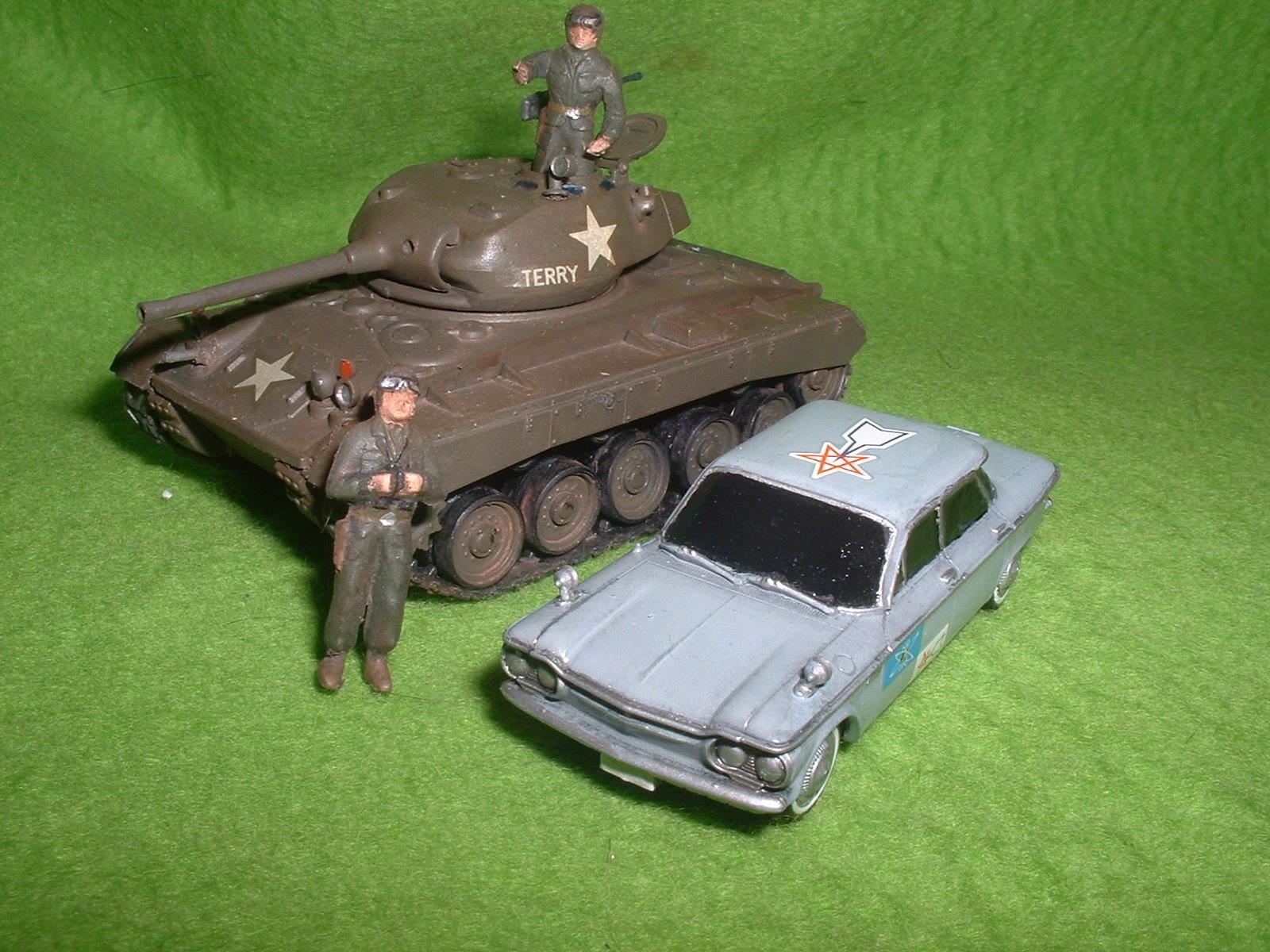 同スケールハセガワ「M24 チャーフィー」とバンダイ「科特捜隊専用車」比較.JPG