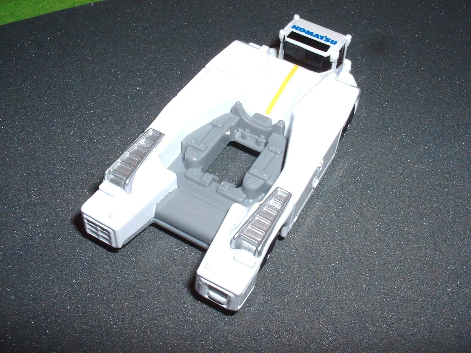 トミカ コマツ トーパレストラクター を斜め上後ろから Doburoku-TAO.JPG